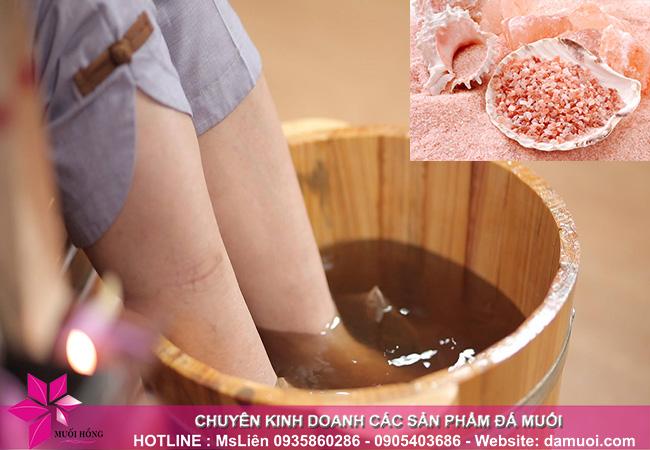 Giải độc cơ thể bằng phương pháp ngâm chân với muối hồng Himalaya 2