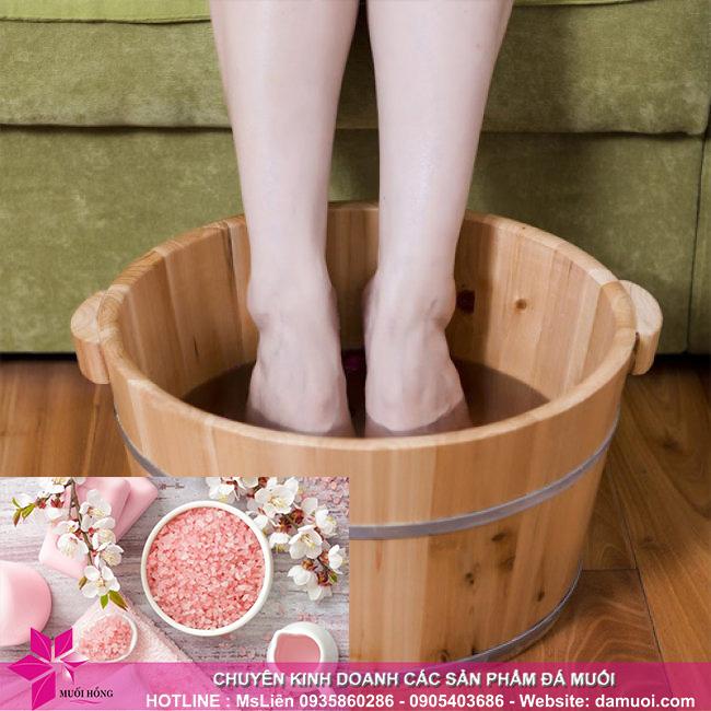 Giải độc cơ thể bằng phương pháp ngâm chân với muối hồng Himalaya 3