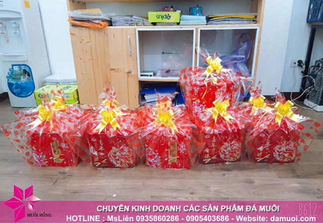 Tặng quà cho các bé là con em của nhân viên công ty nhân ngày 1_6 2