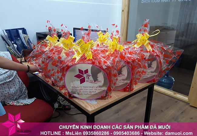 Tặng quà cho các bé là con em của nhân viên công ty nhân ngày 1_6 3