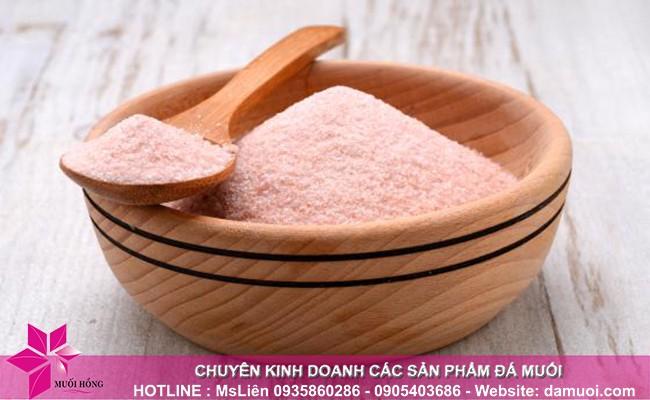 Súc miệng bằng nước muối hồng Himalaya giúp răng chắc khỏe, trắng sáng 1