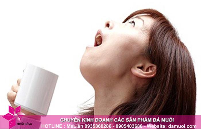 Súc miệng bằng nước muối hồng Himalaya giúp răng chắc khỏe, trắng sáng 2